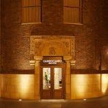 大正時代ネオロマネスク様式が美しいダイビル1階に立地。