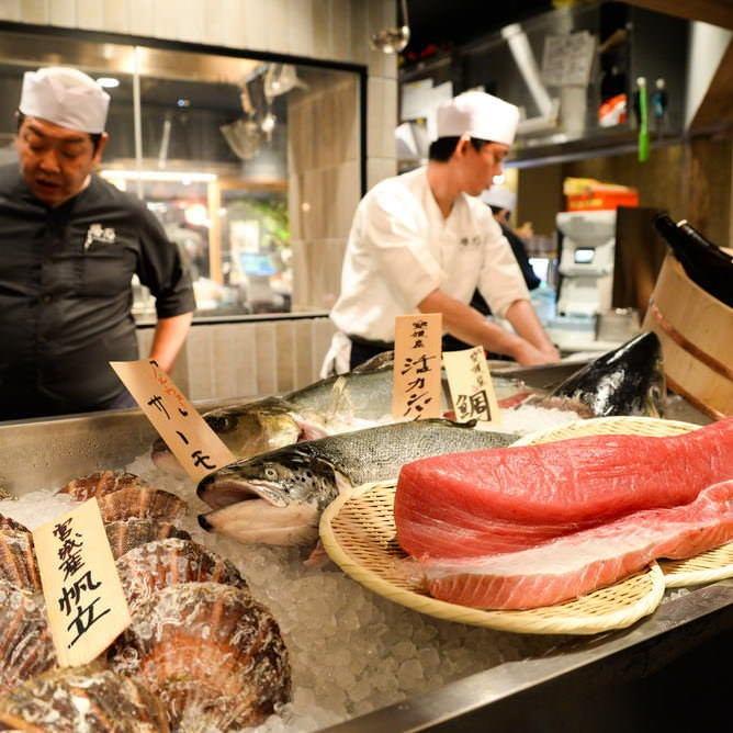 地元市場から仕入れる新鮮な魚料理も自慢!