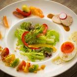 色鮮やかなサラダと前菜でスタート
