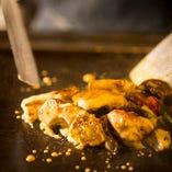 素材の美味しさを閉じ込める鉄板焼メニューを多数ラインナップ