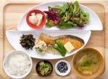 メイン料理とご飯の種類が選べる定食スタイルです。