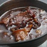 6時間かけて作るトロトロな牛スジ煮込み。ほとんどの人が注文