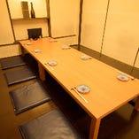 15名様まで座れる座敷席完全個室を1部屋完備。オレンジ色の灯りが照らす和の空間で、足を崩してのんびりとお寛ぎいただけます。