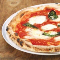 みんなでワイワイ食べるのには最適のマルゲリータピザ