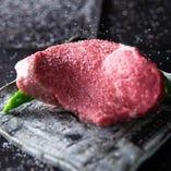 本当に美味しいお肉の味をお楽しみ頂く為に岩塩で提供