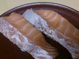 脂の乗った美味しいサーモン、2個280円(税抜)
