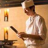 海を知る、新潟出身の料理長。お造りから創作料理までご堪能ください。