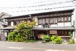 初代が川魚料理と水飴屋を営んでいたのが屋号の由来。