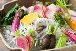 彩りを添える自家栽培の野菜。4代目が毎朝摘み取っている。