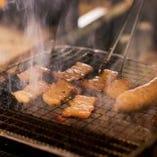 カウンターでは目の前で炙る炉端焼きの醍醐味が味わえます。