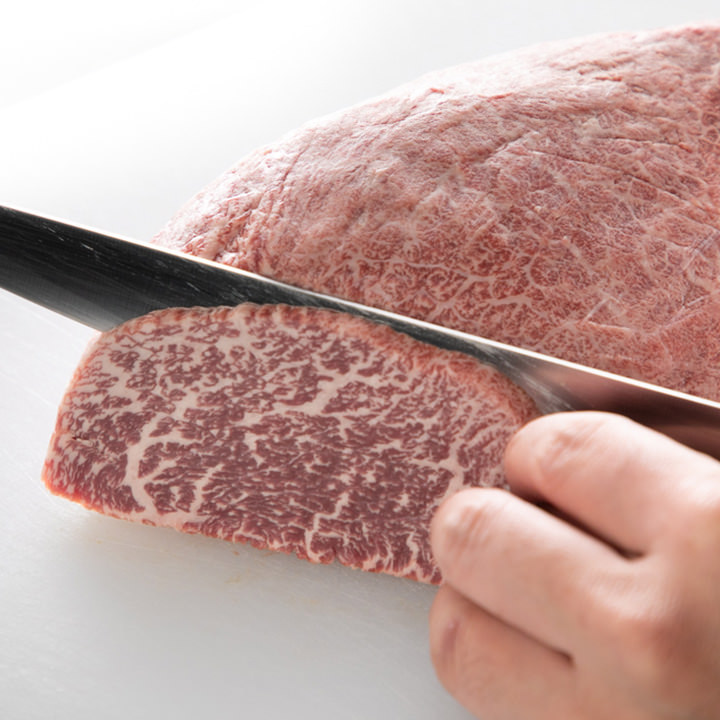 機械を使わず手作業で下処理をした肉は鮮度が自慢の逸品です。