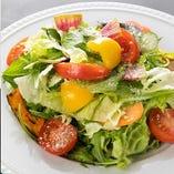 ゴロッと野菜の「定番!富久サラダ」。