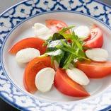 フレッシュなトマトとチーズが絶品の「フルーツトマトとチーズの出会い」。