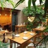 開放的なテラス風のお席でワインやお食事をお楽しみください