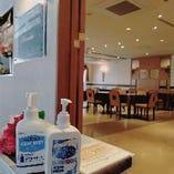 ●店内の入口にアルコール除菌スプレーを設置