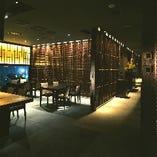 ダウンライトに照らされた上品な空間でお食事をどうぞ。
