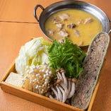 濃厚白濁スープ骨付き鶏とつくねの濃厚水炊き