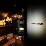 豪華なシャンデリアにラグジュアリーなソファー完備の喫煙ルーム