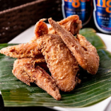 タレにじっくり漬け込み、味が染みた鶏肉を揚げた「ブラチャンチキンウィング」
