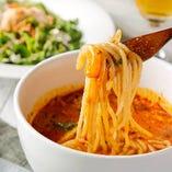 大人気の「ラクサ」は麺の長さや辛さやトッピングも自由にチョイス可能。