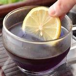 青の「バタフライピーティー」にレモンなどのクエン酸成分が加わると、あら不思議!美しい紫に