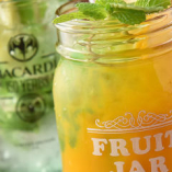 ライチやマンゴーなど旬の生果実を使った「オリジナルスムージーカクテル」。注文後に一つずつお作りします