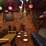 タイのファブリックが敷き詰められたソファ席。長居したくなる居心地の良い空間は女子会や仲間との集まりに