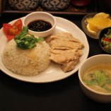 ランチ人気No.1「カオマンガイ」。パクチーの根やニンニクと一緒に鶏スープで炊き上げたライスは旨みが凝縮