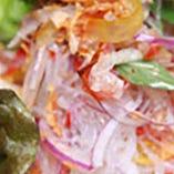 タイを代表するサラダ「ヤムウンセン」。温かい春雨にシャキシャキの野菜やハーブを合わせるのが本場流