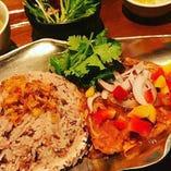 シェフがミャンマーで習得した「ミャンマー薬膳カレー チェッターヒン」。本日のおすすめに登場します