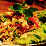 タイ・イサーン(東北)料理「ラープガイ(鶏ひき肉のサラダ)」。炒り米やハーブが織りなす複雑なおいしさです