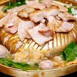 現地で人気のムーガタが楽しめる2H飲み放題付「ムーガタ鍋コース」。焼肉と鍋料理が融合した新感覚のおいしさです