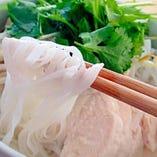 ベトナム料理の定番「鶏肉と生姜のフォー」。もちもちの米麺に出汁香るスープが絡む、滋味あふれるおいしさ