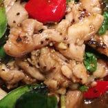 タイ料理の定番「ガイガパオ(鶏肉のバジル炒め)」。パンチの効いた旨辛味は、お酒のお供にぴったり