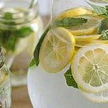 ランチタイムはデトックスウォーターを無料サービス。レモンやミント香るお水がアジア料理を引き立てます