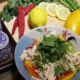 暑い日のランチに◎タイ風冷やし中華 「冷やしタイセット」。米麺と具材をハーブ香る甘辛ダレでどうぞ