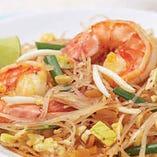 米麺をタマリンドペーストやココナッツシュガーで味付けしたタイの焼きそば「パッタイ」。優しい味です