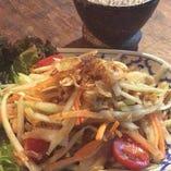 タイ・イサーン(東北)地方のサラダ「ソムタムタイ」。甘辛味と青パパイヤのシャキシャキ食感がクセになるおいしさ