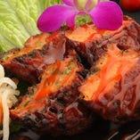 タイ風さつま揚げ「トートマンプラー」。チリとバイマックルー入りの風味豊かな旨辛味はビールと相性抜群!