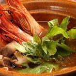 大ぶりの海老を贅沢に使った「有頭海老のトムヤムクン」。海老の旨みが溶け出したスープが絶品です