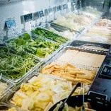 常時20種の新鮮野菜と鍋具材のブッフェ♪更に美味しさを引き立てる10種類以上の薬味も是非