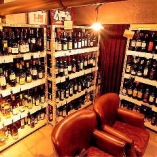 地下にあるワイン庫からお好きなワインを選べます!