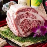 大胆に仕入れたお肉を藁焼きや炭火で振舞う。