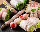 糸島産の新鮮な野菜に豚バラを巻き炭火で豪快に焼く。