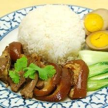 豚のすね肉の煮込みとご飯(味付け玉子添え)