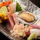 「おまかせ刺身盛」は鱗こだわりの鮮魚をふんだんに盛り付けました。