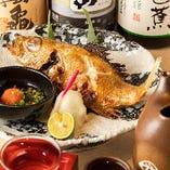 """【のどぐろの塩焼】鮮魚料理の他、焼物や煮物の一品料理もご用意しております。中でも、ぜひ一度ご賞味いただきたいのが、""""幻の魚""""と称される高級魚『のどぐろ』の塩焼と姿煮!特に塩焼はふっくらとした身と上質な脂の旨味をシンプルに味わえ大変美味。お酒のお供としても非常に人気のひと品です。"""