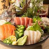 【店頭には本日のおすすめメニューも】旬を迎えその身にしっとりと脂をふくんだ鮮魚は、その時期だけ楽しめる贅沢なごちそうです。ご来店の際には、ぜひご注文くださいませ。