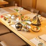 """【仲買いのルーツを持つ確かな目利きと職人技""""はな膳""""】その日に仕入れた鮮魚と旬彩料理で皆様をおもてなしいたします。ゆとりのある個室でゆったりと旬魚旬菜を味わう、和やかなひと時をどうぞ!"""