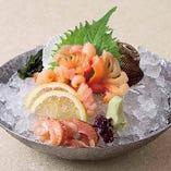【活赤貝の刺身】心地よい弾力と活赤貝ならではの味わいが人気。お酒のお供としても優秀な一品。